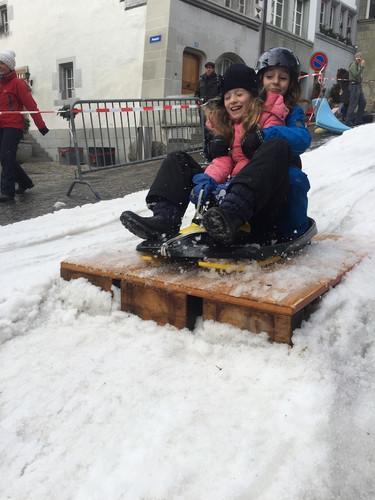 enfants saut piste de luge Fribourg.JPG
