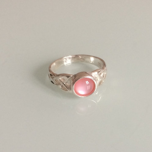 925 Sterling Silver Ladies Celtic Ring set with a 6mm Pink Mother of Pearl sizes