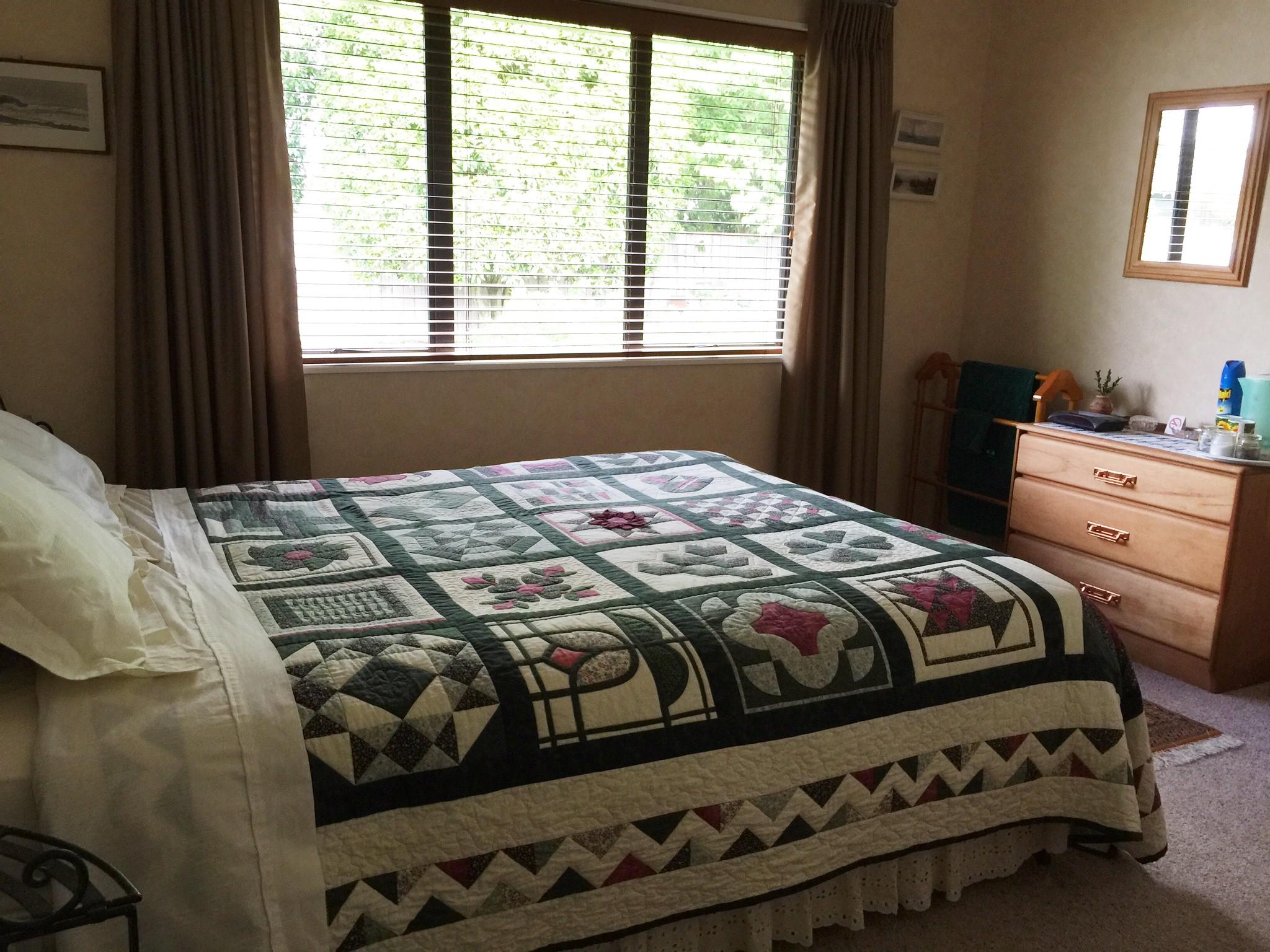 Green Room (Queen bed)