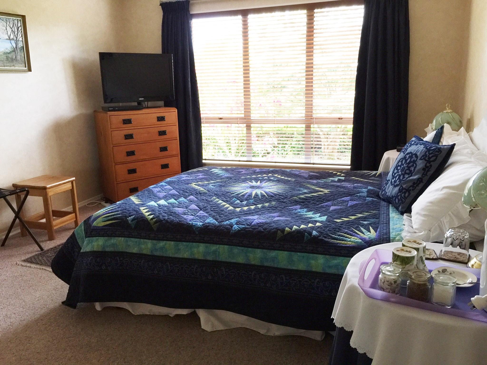 Blue Room (Queen bed)