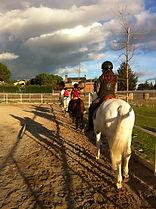 Clase en grupo para niños en el centro ecuestre Entorno Doñana