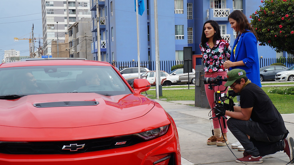 """Daniela Feijoo y Maju Mantilla en medio de la filmación de una escena de """"Mundo Gordo"""". Dentro del auto, Alex Pedemonte y Jesús Alzamora también son parte de ésta."""