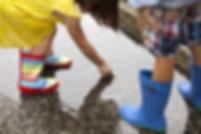_Boy-と-姉妹身に着けている - ゴム長靴に見えるダウン・アット・イン・雨、