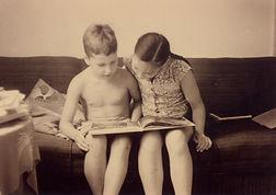 1954_sept._av._ma_soeur_dans_le_salon_ap