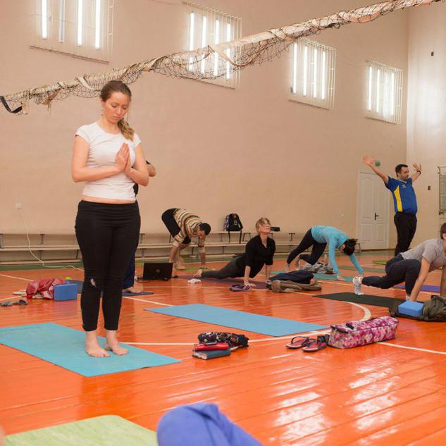 йога, занятия в зале