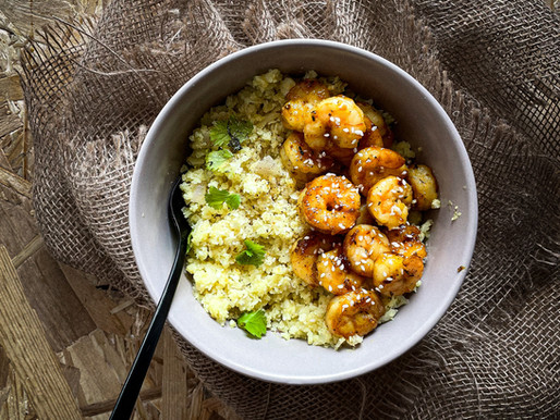 Ρύζι από κουνουπίδι & τραγανές μελωμένες γαρίδες