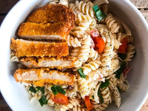 Μακαρονοσαλάτα με σνίτσελ κοτόπουλου & σως γιαουρτιού