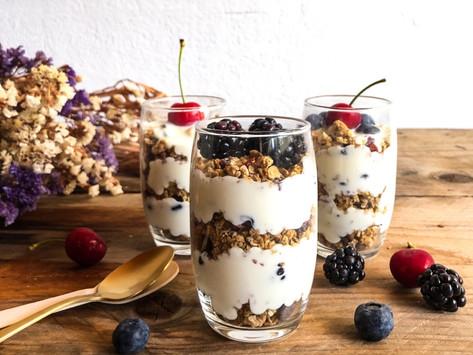 Παρφέ γιαουρτιού με granola & φρούτα