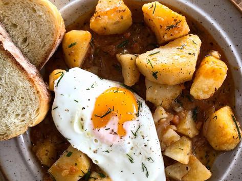 Πατάτες γιαχνί με τηγανιτό μελάτο αυγό