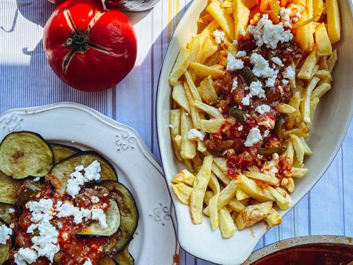Κοκκινιστές πατάτες τηγανιτές με φρέσκια μελωμένη σάλτσα ντομάτας