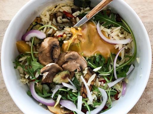 Σαλάτα με μανέστρα, λαχανικά και σως μουστάρδας