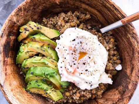Σαλάτα με κινόα, φακές και αυγό ποσέ