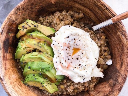 Σαλάτα κινόα-φακές με αβοκάντο και αυγό ποσέ