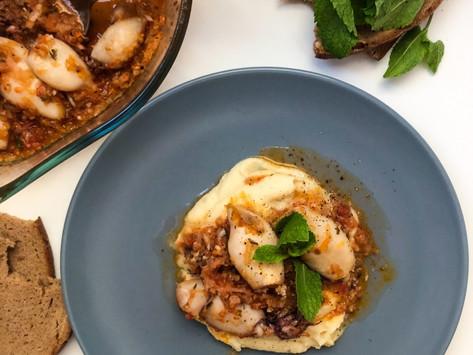 Καλαμαράκια στον φούρνο με σπιτική σάλτσα ντομάτας