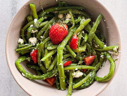 Πράσινη σαλάτα με σπαράγγια & φράουλες