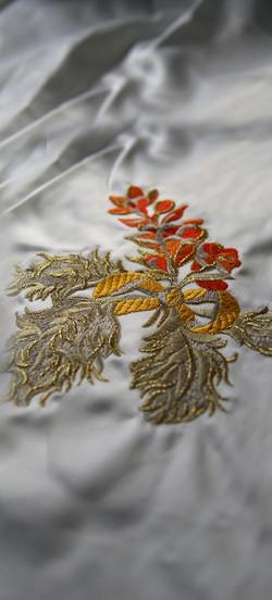 Broderie motif fleur sur satin