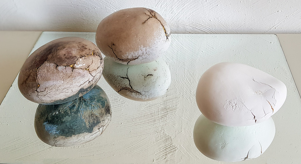 Luz Benichou présente  la série Météorites-graines, des formes biomorphiques en grès et porcelaine évoquent l'apparence de la vie, écho aux failles qui nous constituent et nous rendent beaux.