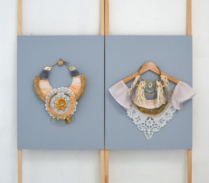 Céline Garcia Simonin présente  Ornements,un plastron rappelant l'infinie douceur des nuages  et un collier textile en référence à la terre et son enveloppe