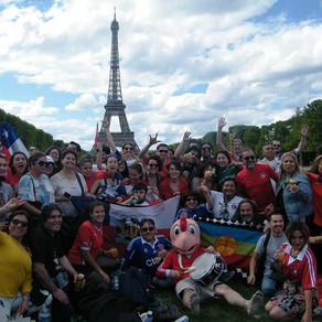 Banderazo de Chile se tomó la Torre Eiffel