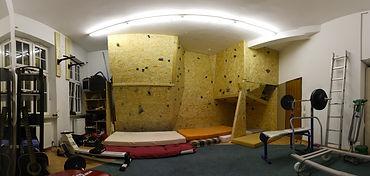 Kletterwand, Fitnessraum und Matratzenlager