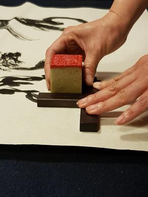 Yoshiko San  קליגרפית ואומנית עשיית חותמות.