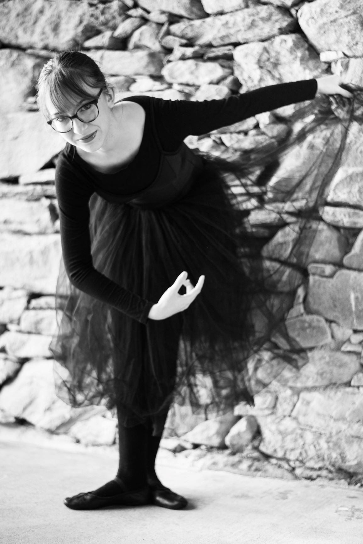 Ballerina in long black tutu executing a révérence 2 - Photo © Daniela Brugger