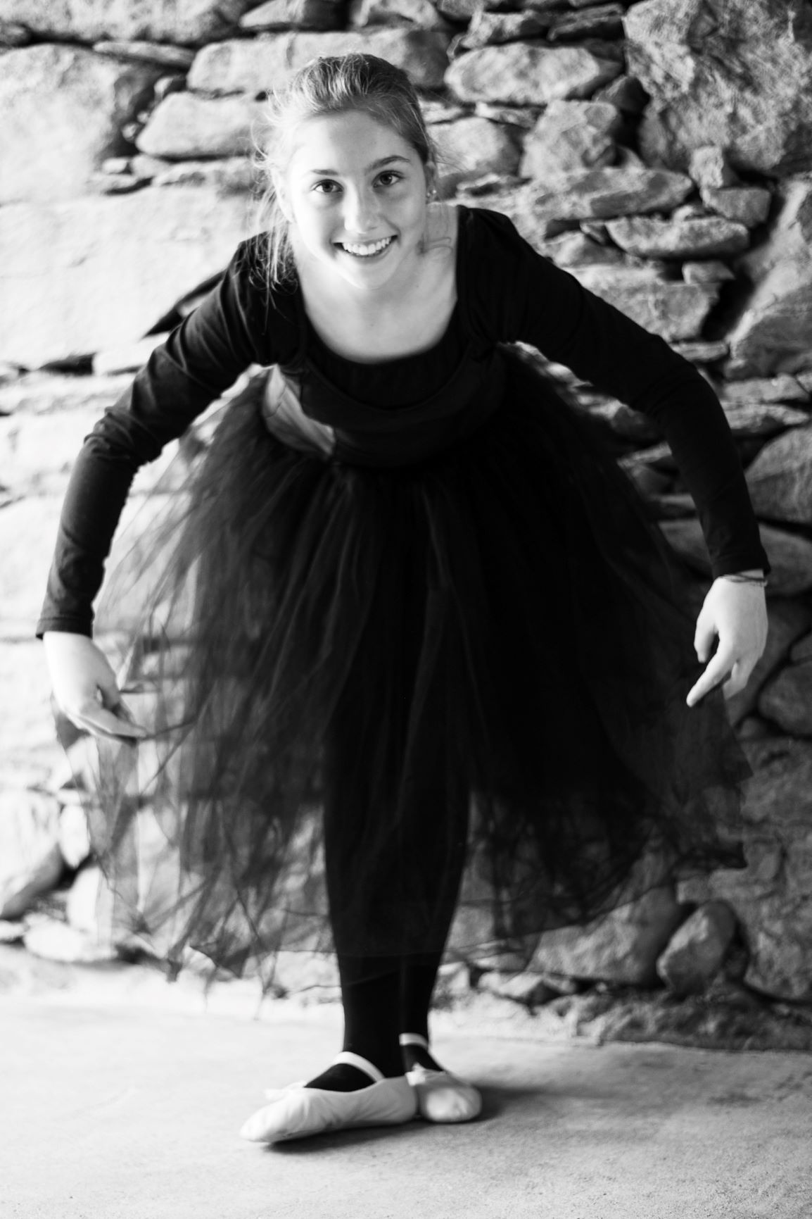 Ballerina in long black tutu executing a révérence 1 - Photo © Daniela Brugger