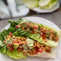 Tacos de lechuga con Pollo Huichol