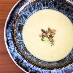 Sopa de Coliflor, cúrcuma y pepitas de calabaza