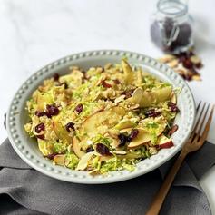Ensalada de coles de Bruselas con 🍎 , almendra y quinoa