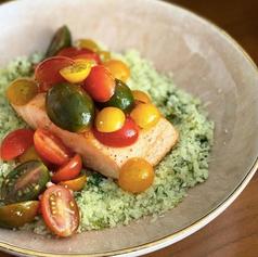 Salmón con arroz de coliflor verde