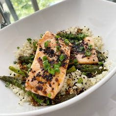 Bowl de Salmon Teriyaki sobre cama de arroz de coliflor