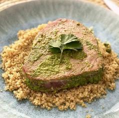 Atun marinado con jalapeño y cilantro 🌿 en cama de quinoa
