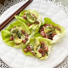 Tacos de lechuga con poke de atún y crema de Wasabi