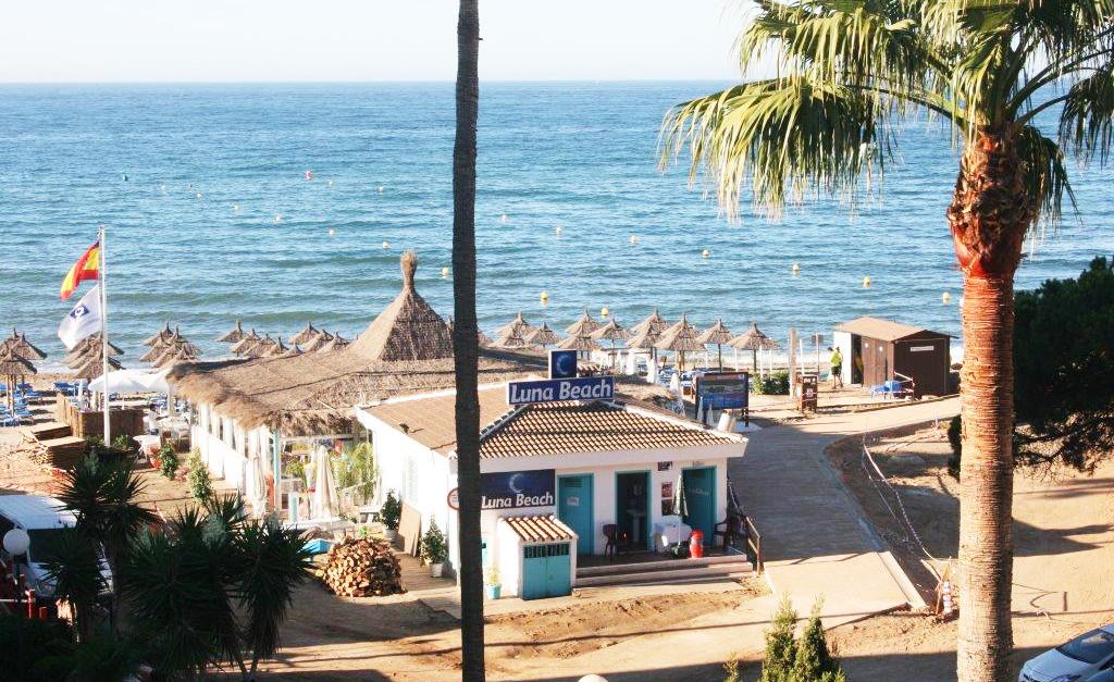 Luna Beach - 10-15 mins walk
