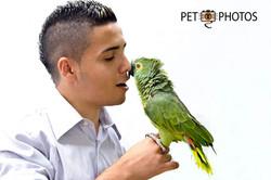 Rapaz e papagaio