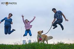 Familia feliz com cachorro