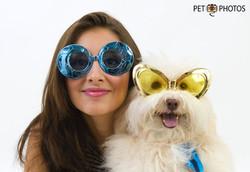 cachorro e garota com óculos