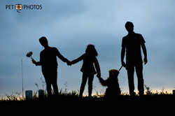 Silhueta de familia com cachorro