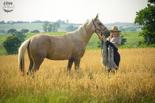 mulher e cavalo no campo