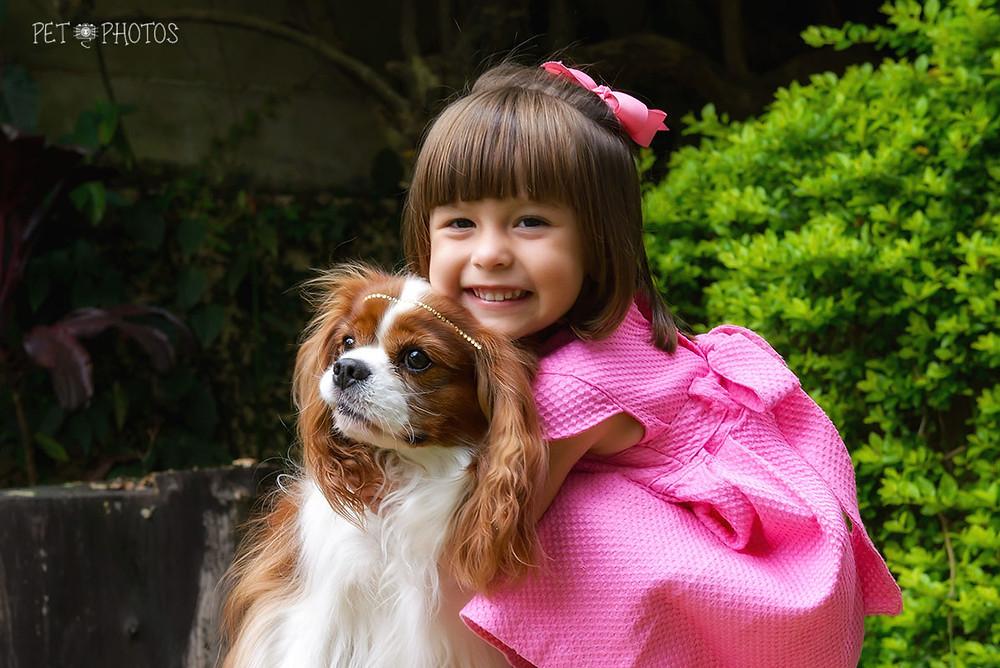 menina e cachorro cavalier