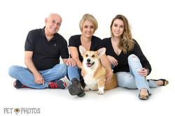 Familia com cachorro em estudio