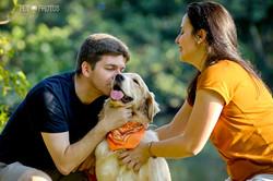 Familia e cachorro golden no parque