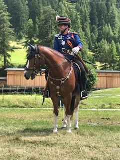 Andreas Scheidegger in einer alten Schweizer Polizeiuniform auf dem braven Quirin