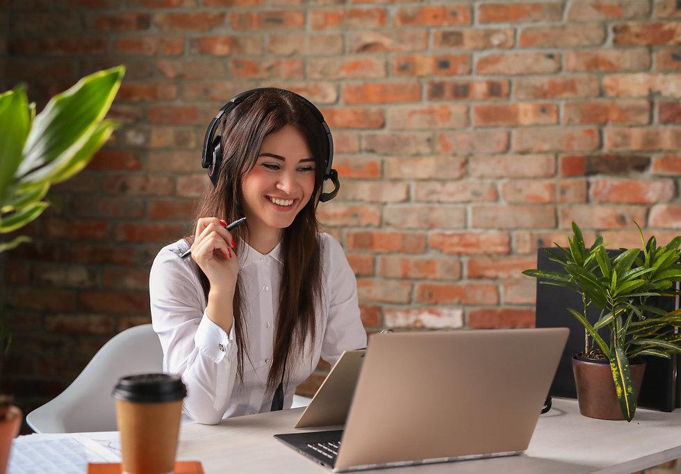portrait-woman-customer-service-worker (