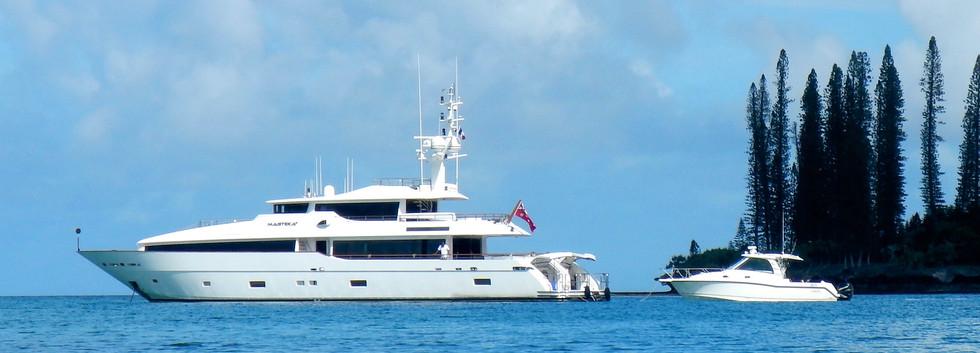 Masteka 2 and 34ft Boston whaler chasebo