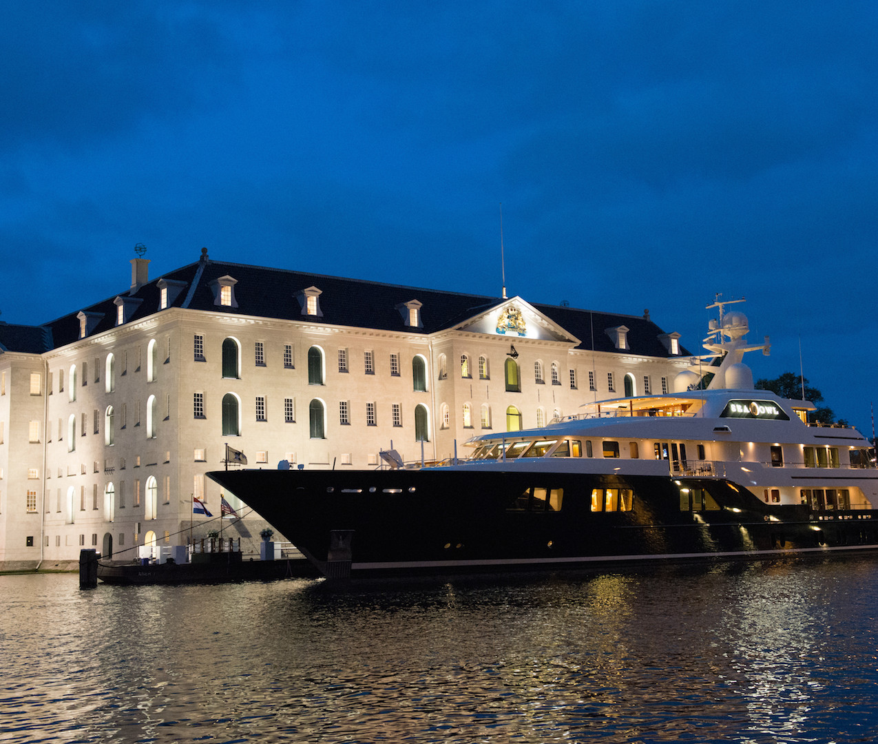 Feadship - Chauffeursdiensten-DB-The-Mobility-Group-bij-Feadship-Sea-Owl-at-night-1