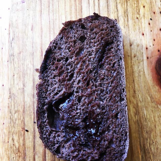Pão de Cacau com chocolate amargo e cramberry reidratado.