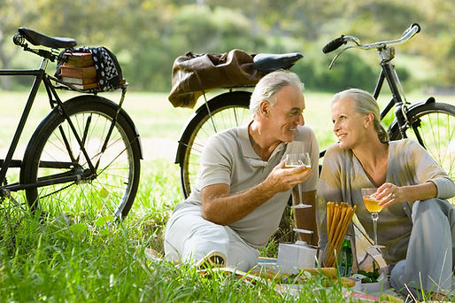 Пожилая пара обед на природе