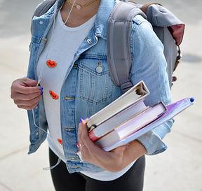 Estudiante con libros en Ingles